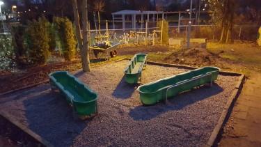 Vattenbehållare på förskolegård.