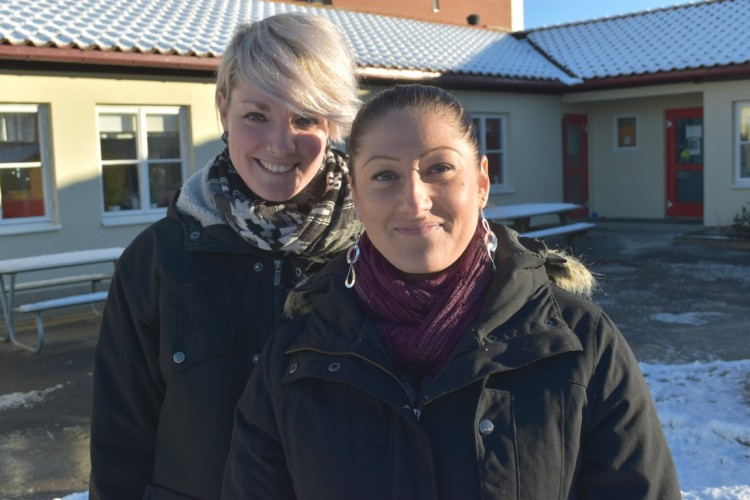 Emma och Susanne utanför förskolan.