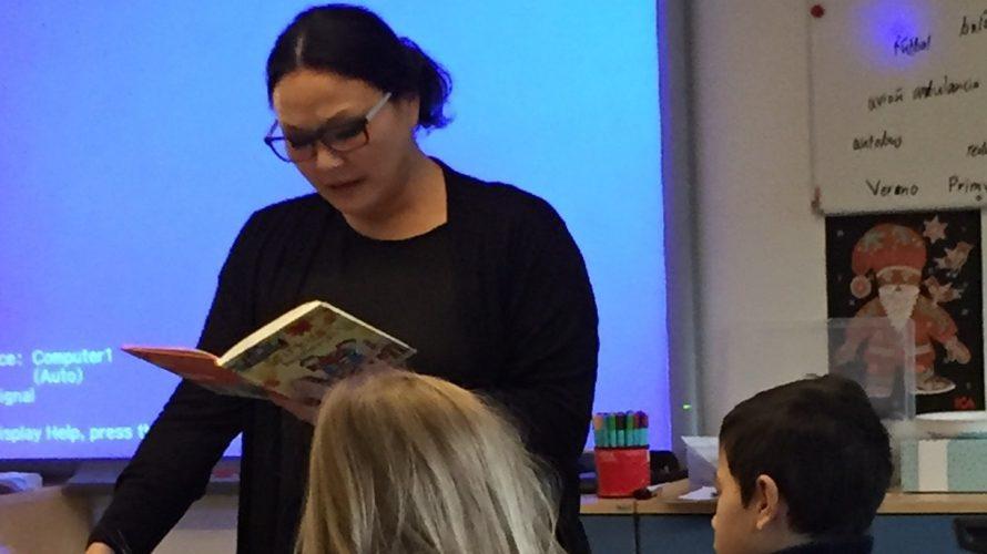 Lisa läser för klass.