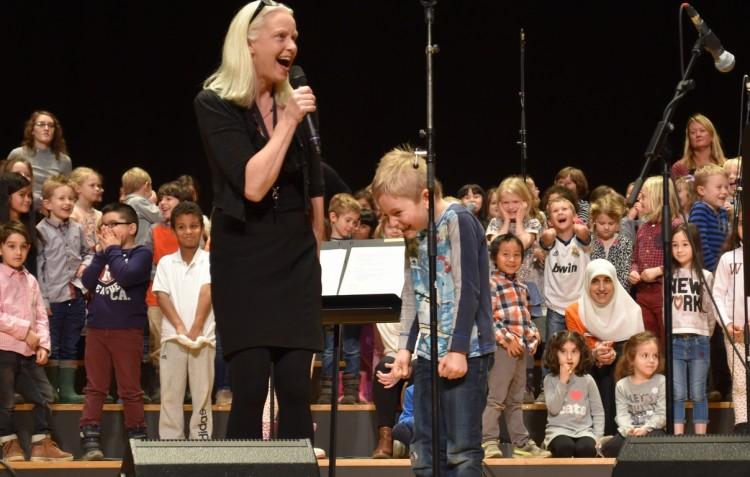 Annika Josefsson framför barnkör.