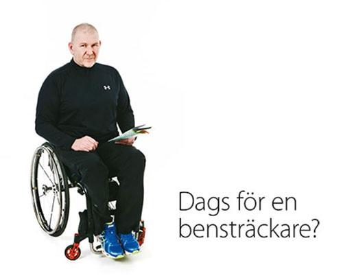 Man sitter i rullstol.