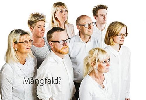 Grupp av människor i vita skjortor.