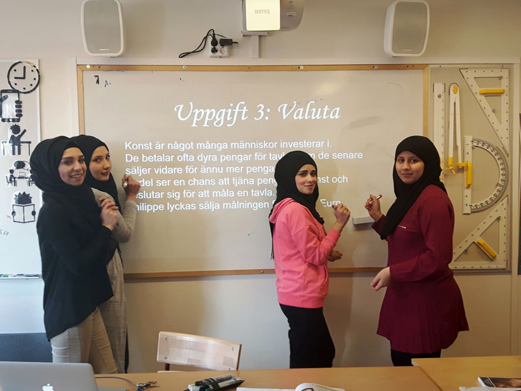 Elever skriver på tavlan.