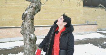 Kristina tittar upp i träd.