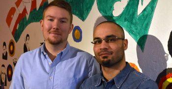 Mohammed och Johan framför målad vägg.
