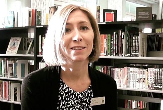 Ann Edvik i bibliotek.
