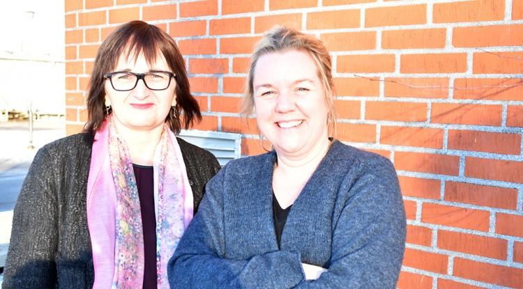 Carmen och Lena utanför skolan.