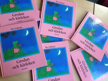 Flera exemplar av Grodan och kärleken ligger på bänk.