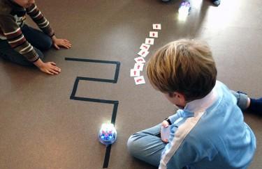 Elev har byggt bana på golvet för robot.