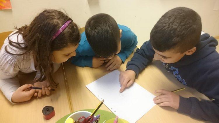 Tre elever jobbar ihop.