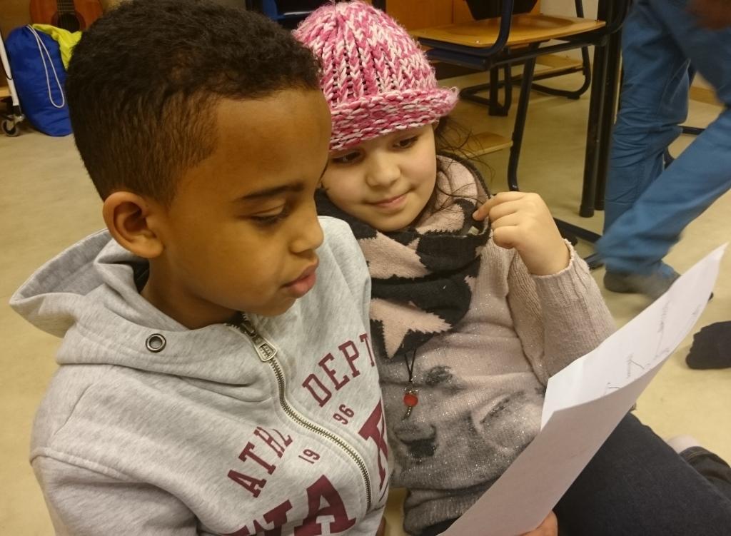 Två elever läser ihop.