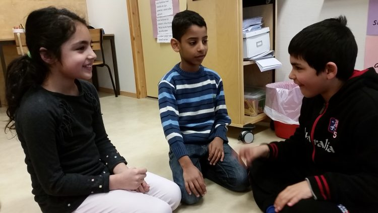 Elever sitter och samtalar.