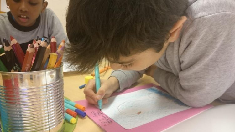 Elev tecknar.