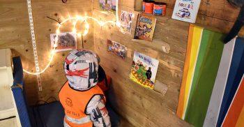 Barn tittar på böcker som står på vägg.
