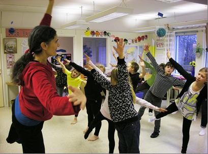 Elever balanserar på ett ben.