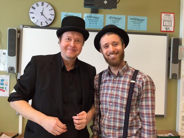 Jens och Peter klädda i hatt.