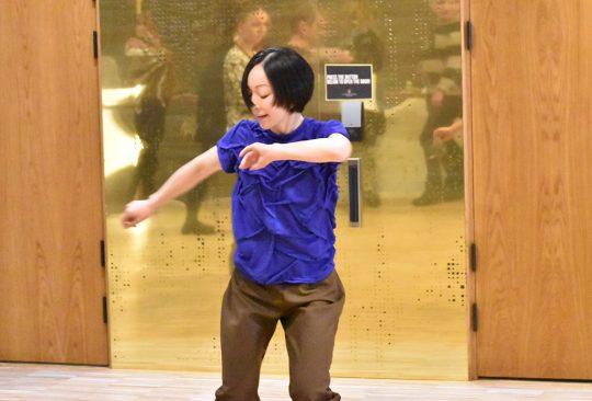 Kvinna dansar.