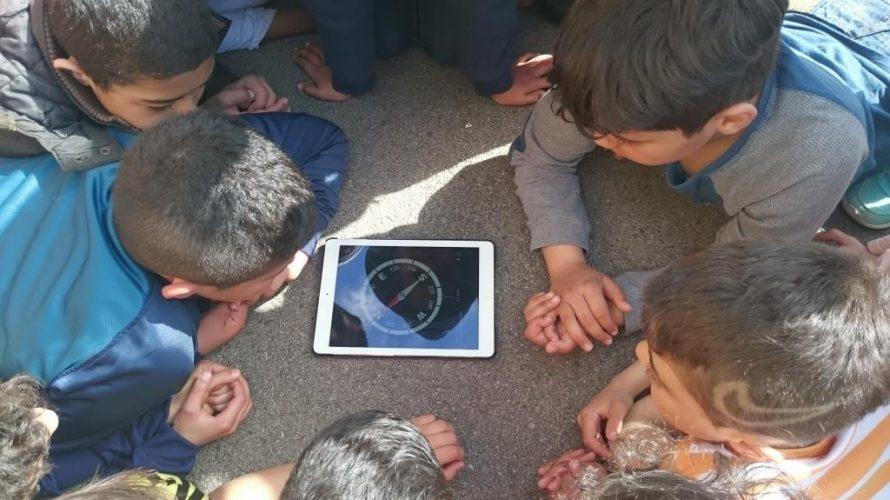 Elever tittar på kompass på ipad.