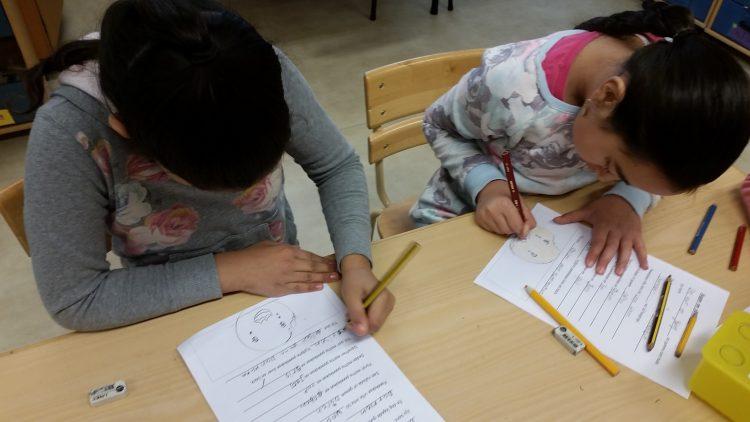 Barn skriver och tecknar.