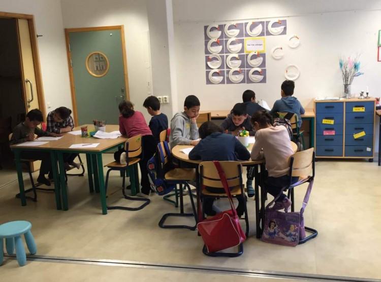 Elevgrupper sitter vid bänkarna och jobbar.