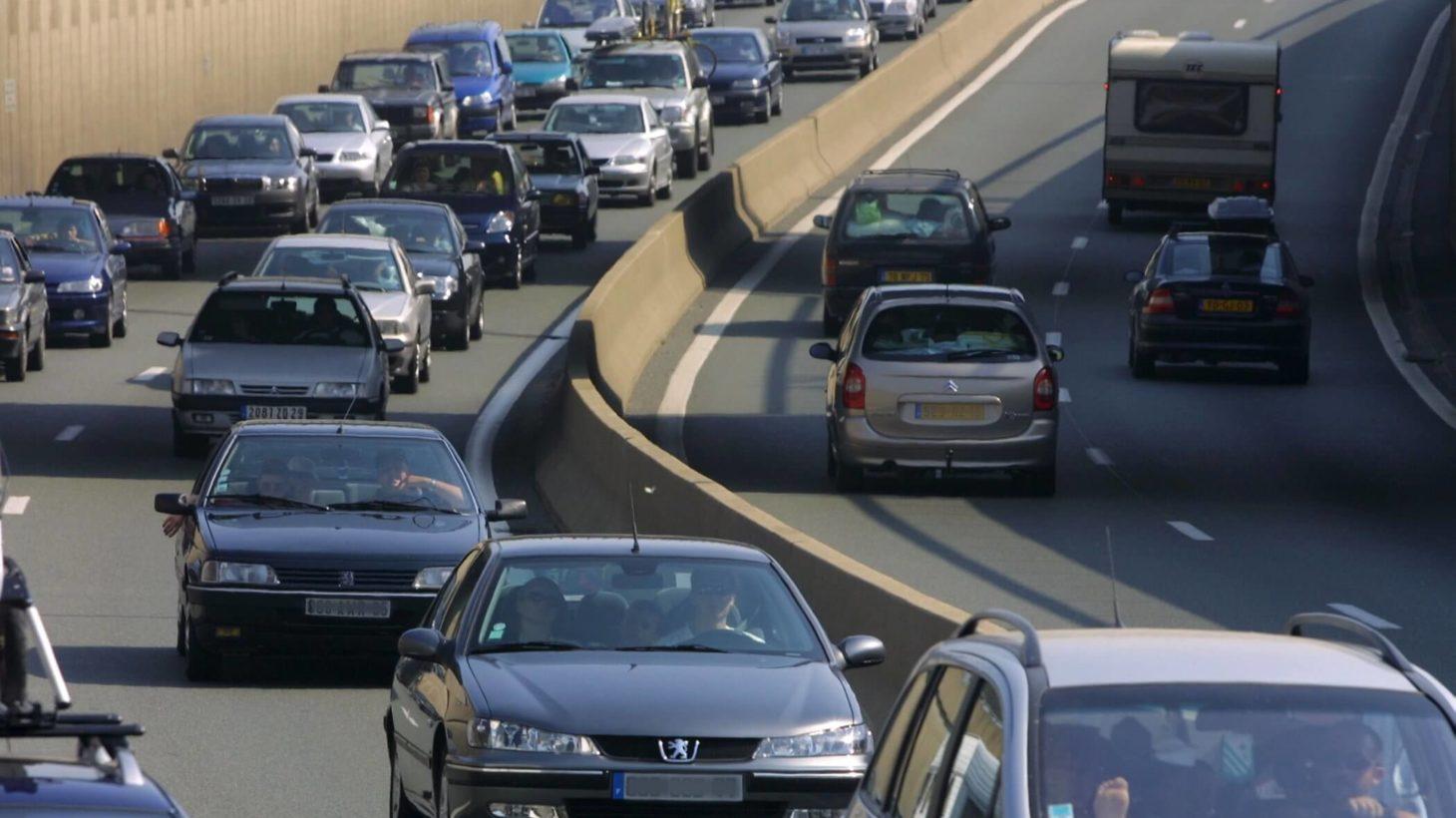 Motorväg där bilar möter varandra.
