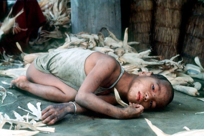 Barn ligger på marken.