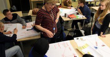 Barngrupp och pedagoger jobbar ihop.