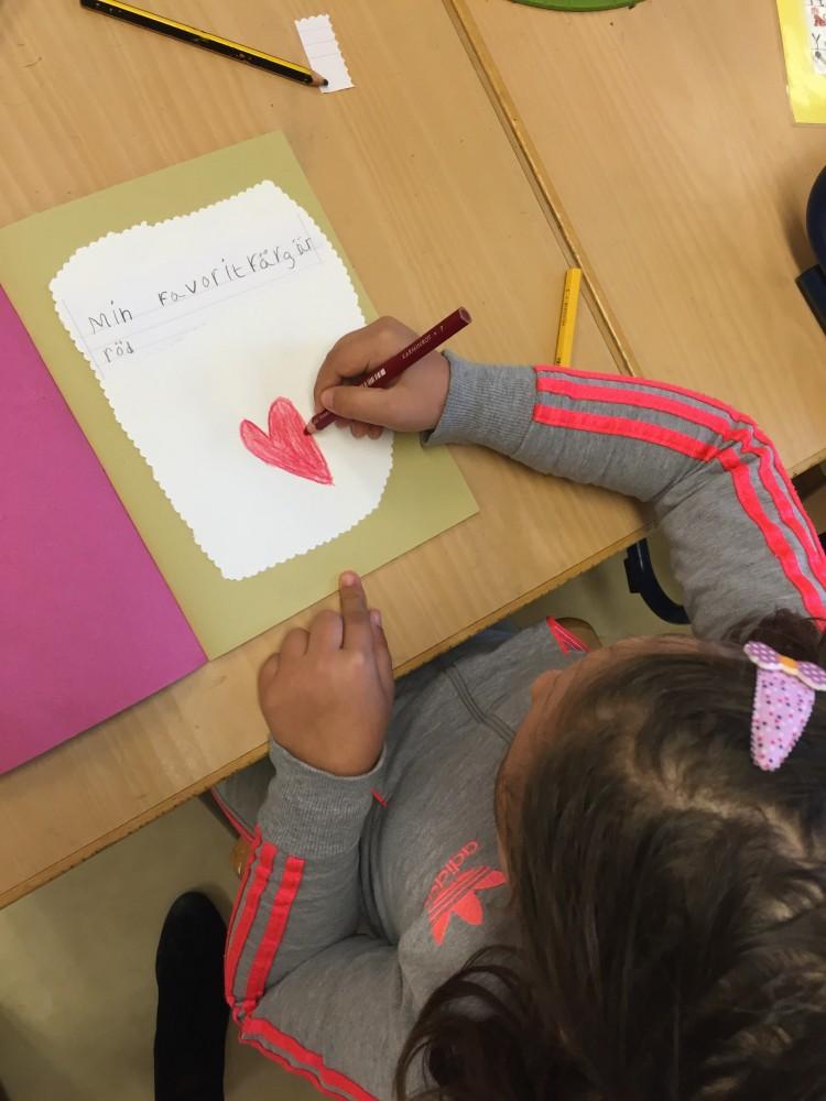 Elev ritar och skriver på papper.