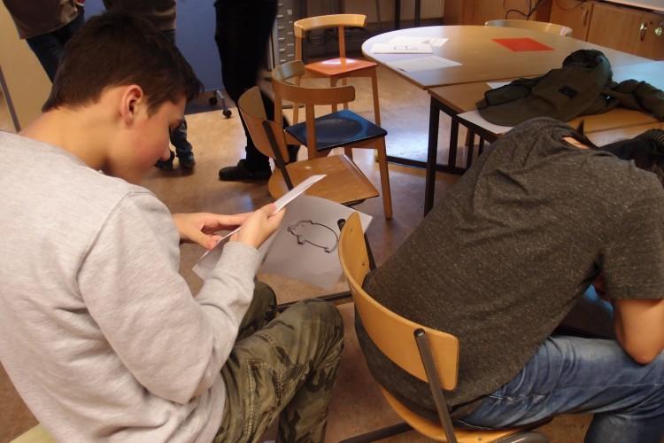 Person ritar elev på ryggen med fingret.