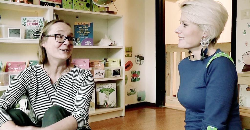 Ingela Mellbin och Karin Ahlstedt samtalar i bibliotek.