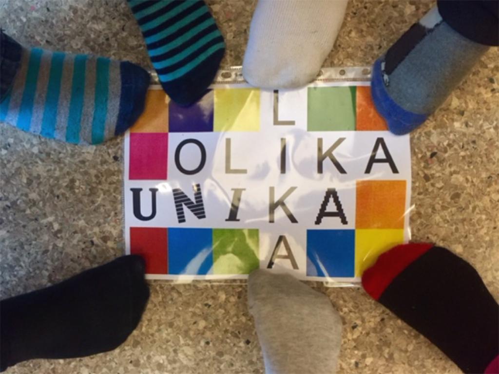 Fötter står på färgglad bild.