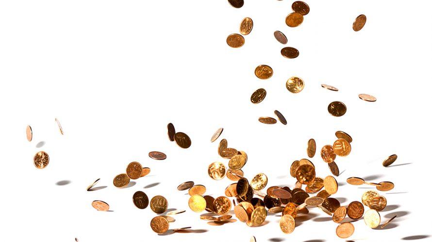 Mynt som faller ner och lägger sig en hög.