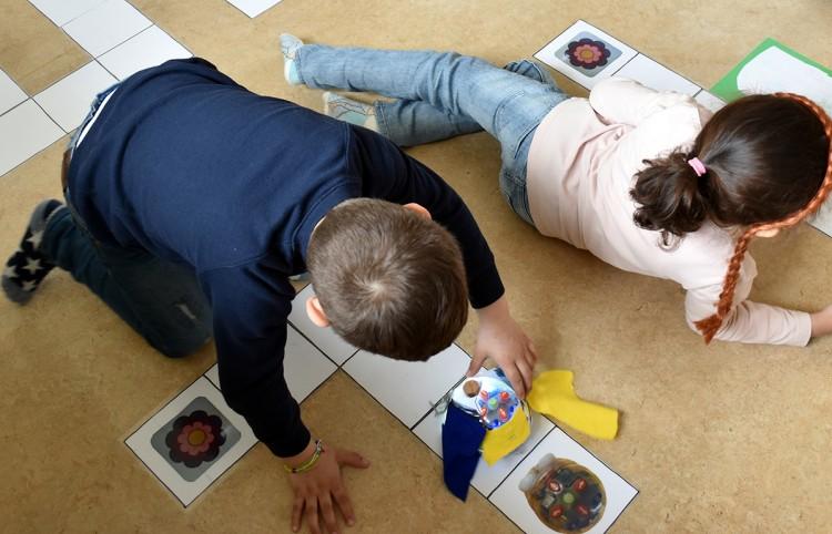 Barn jobbar med bluebot.