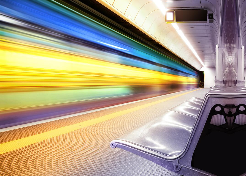 Snabbtåg i tunnelbana.