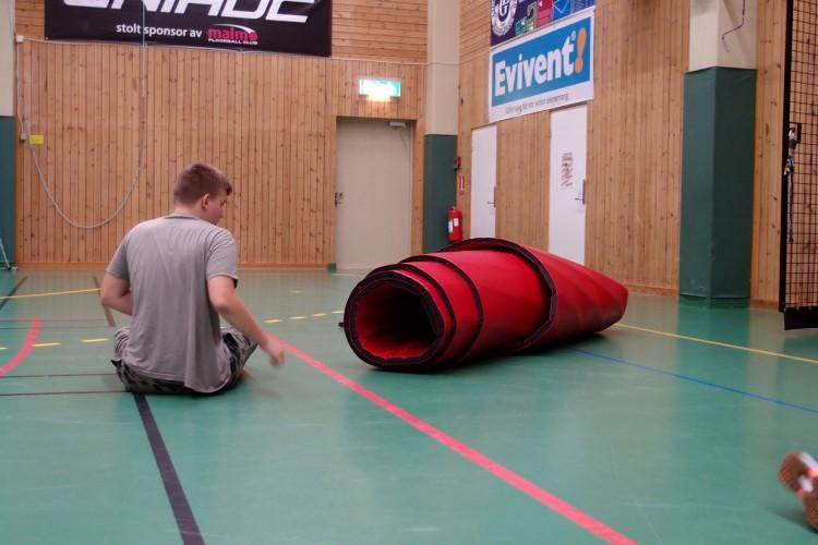 Rulle av gympamatta ligger på golvet.