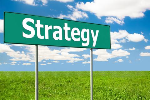 Grön vägskylt där det står strategy.
