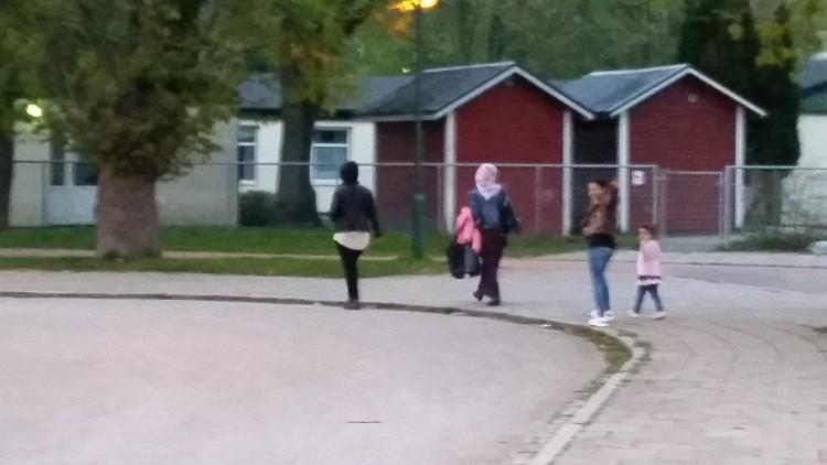 Elever går på skolgård.
