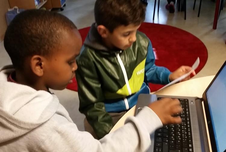 Två elever jobbar ihop i klassrummet.