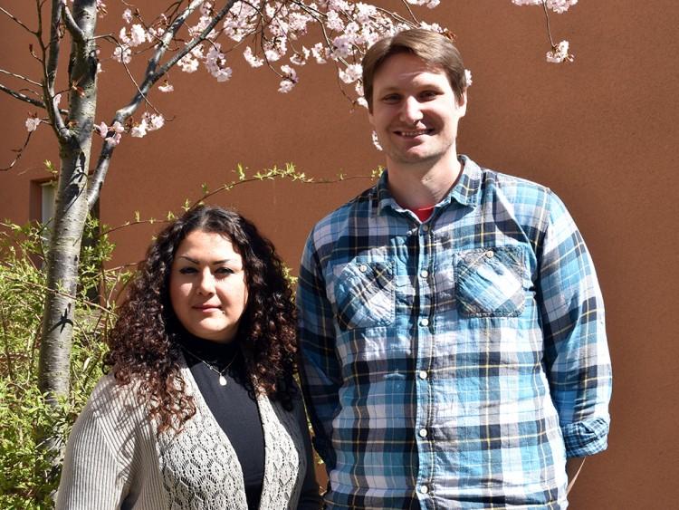 Gilda Sheikh och Alexander Johansson framför blommande träd.