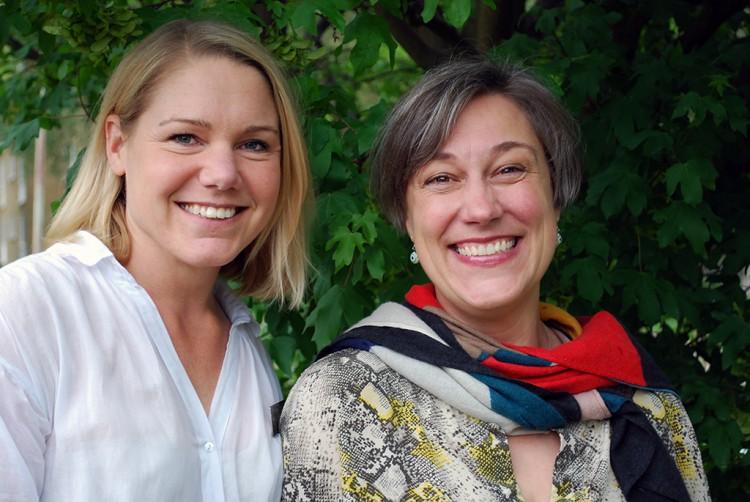 Anna Blomberg och Ulrika Eidem framför buske.