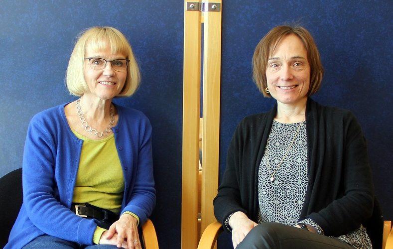 Birgitta och Annika sitter i varsin stol.