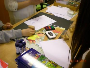 Elever klipper, klistrar och ritar.
