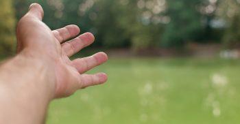 Hand sträcks ut.