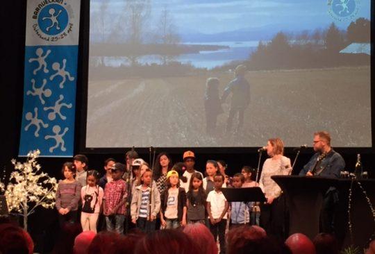 Barnkör på scen.