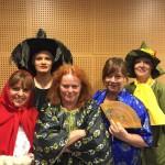Fem kvinnor utklädda till sagofigurer.