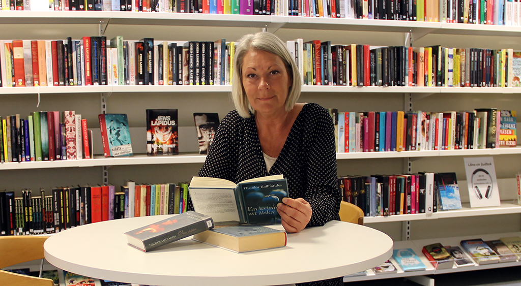 Carina Robertsson läser bok.