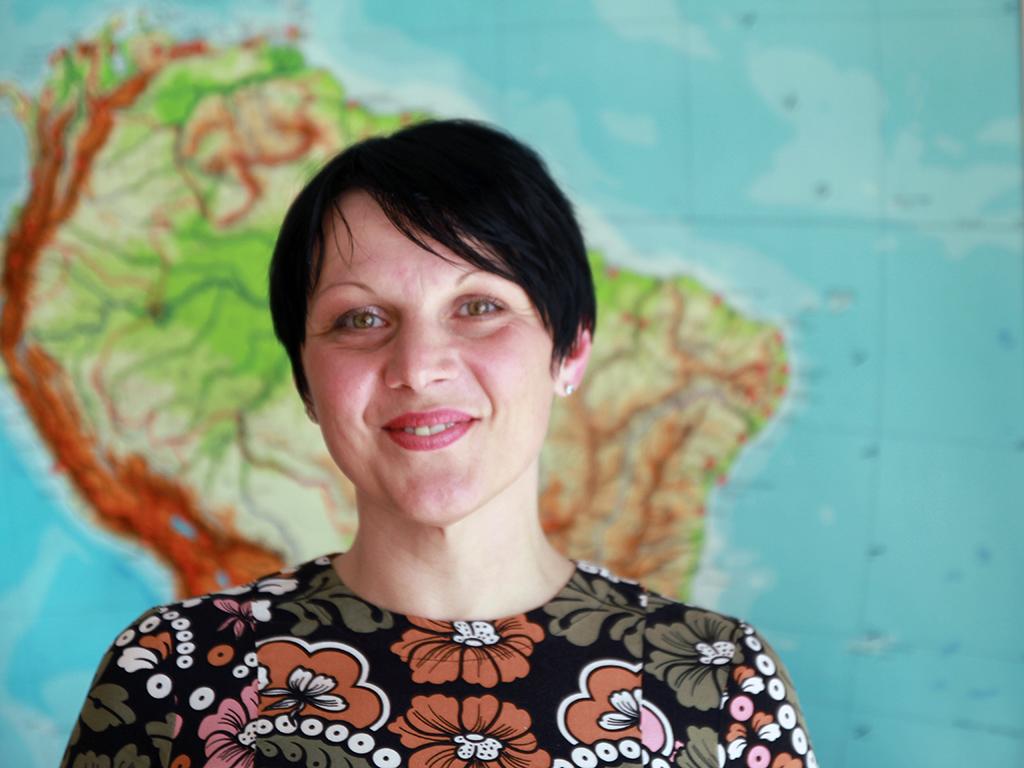 Kristina Milotic framför karta.