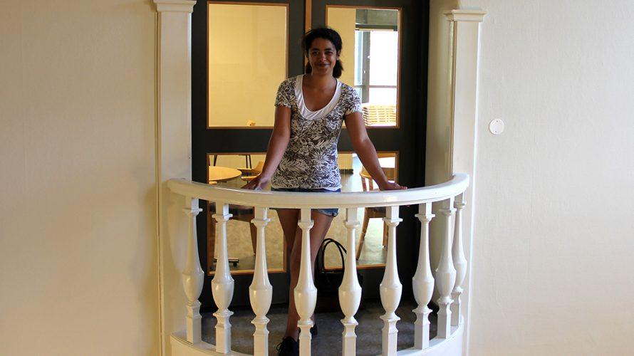 Sandra står på balkong.