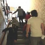 Barn på väg uppför trappa.