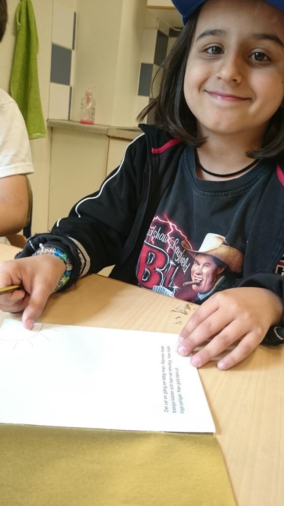 Elev arbetar med texthäfte.